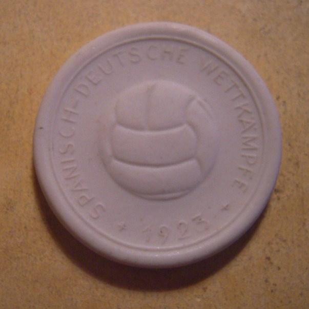 1923 Leipzig , Spanish - German Soccer Games souvenir for Spaniards. Ernst Teichert Meissen white 36mm Sch- (n) (11003)