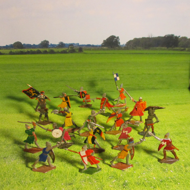 1200 Medieval fighting knights , 19x flat 30mm scale good collector paint work. Heinrichsen - Nürnberg (16396)