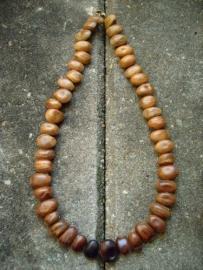 Ketting 068. Bruine bonen uit India.
