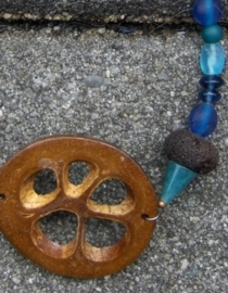 Ketting 119. Babacu zaad, lavasteen en agaat.