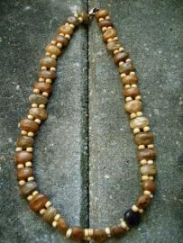Ketting 070. Bruine bonen uit India en hout.