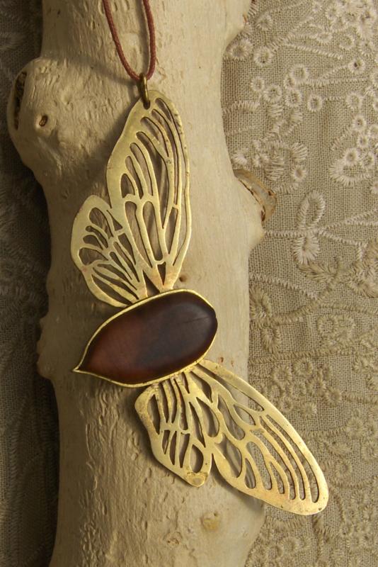Nachtvlinder van messing en kersenhout.