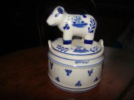 Delftsblauw botervlootje met koe op deksel.