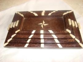 Set van vier houten dienblaadjes met ivoor ingelegd. VERKOCHT.
