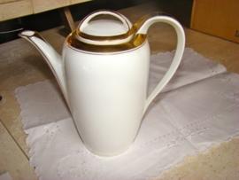 0ude porceleinen koffiepot wit met bladgoud.