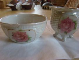 Oud roomstel geiriseerd porselein met roze roos.