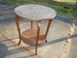 Eikenhouten  tafeltje met messing of koperen bewerkt blad.