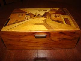 Ingelegd doosje (intarsia)voor speelkaarten,cigaretten of naaigerei.