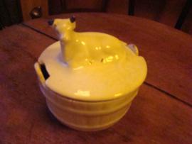 Botervloot met koe op het deksel.