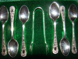 Zes zilveren thee-of koffielepels met bijbehorende klontjestang