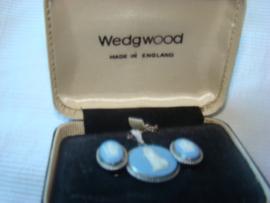 Setje  zilveren oorbellen en collier Wedgwood uit 1967.