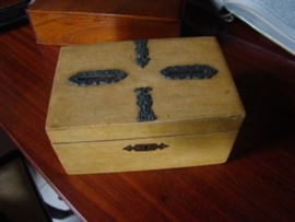 Oude   houten spaarpot in vorm van doosje.