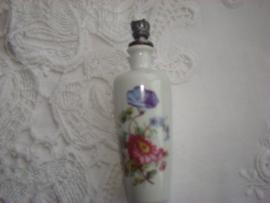 Porcelein parfumflesje wit met rode en paarse bloem.