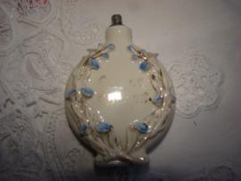 Porceleinen  parfumfles met blauwe bloemetjes en goudkleurige blaadjes