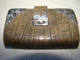 Oud krokodillenleren portemonneetje met zilveren slotje en zilveren hoeken.