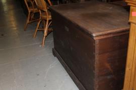 Grote donker gekleurde grenen kist met plat deksel +/- 1880 nr 10007