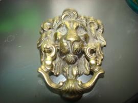 Oude messing deurklopper leeuwen
