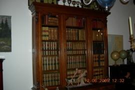 Grote antieke engelse boekenkast