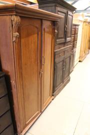 Teak houten 2-deurs koloniale kast met uitneembare strijkladen nr 10037