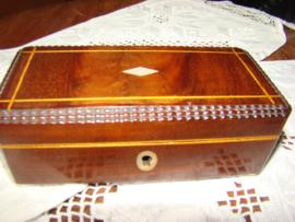 Antiek houten lepeldoosje ingelegd met parelmoeren ruitjes.