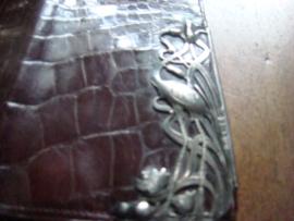Krokodillen visitekaarthouder of creditkaarthouder met zilveren flamingo in het riet en dotters.