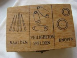 Houten doosje voor naalden,spelden en knopen.