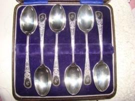Zes zilveren  thee- of koffielepels .