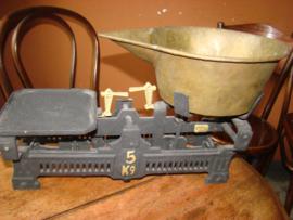 Oude weegschaal met ijkmerken.