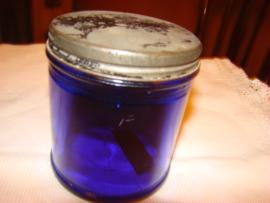 Blauw glazen pot met schroefdeksel.