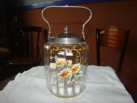 Koekpot of biscuitbarrel met geemailleerde bloemen.