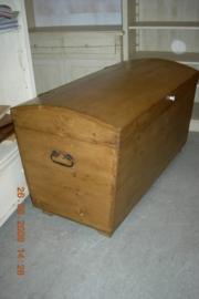 Oud grenen kist met bol deksel
