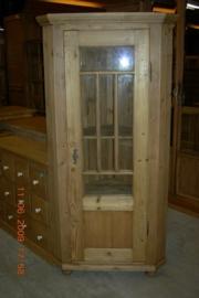 Oude hoekkast met glas in de deur