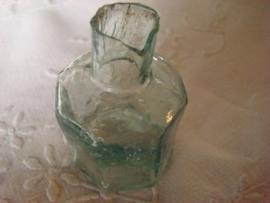 Achtkantig groen glazen inktpotje