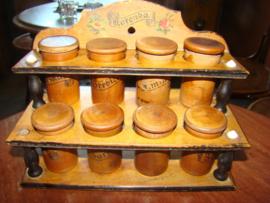 Oud en antiek houten kruidenrekje.