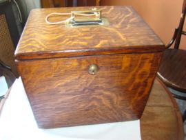 Antieke houten kist of kastje met zes laden.  Verkocht.