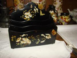 Papiermache brievenrekje zwart met bloemen en vlinders.