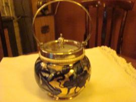 Engelse koekpot  gouden achtergrond met cobalt blauwe bladeren.