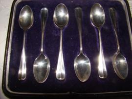 Zes zilveren  thee- of koffielepels  model Hollands glad.