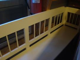 Witte houten bank.