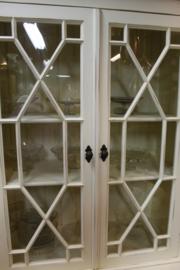 Engelse glaskast old finish white wash met 8 deuren en verspringend front
