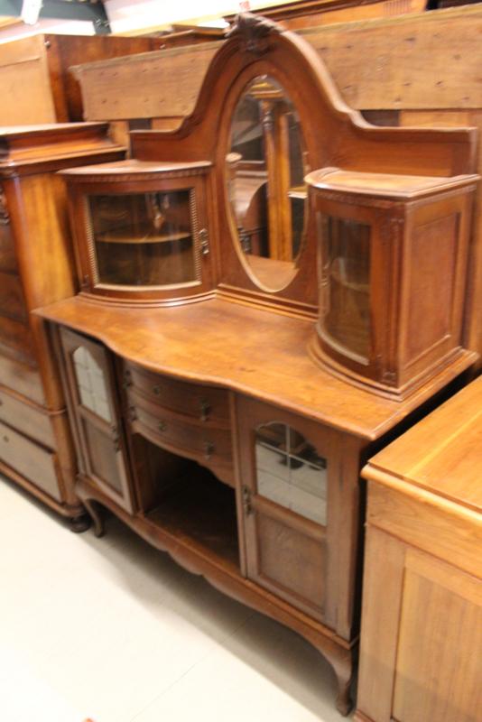 Eikenhouten buffet met gebogen glas/deuren en bestekla 1930-1940 nr 10043