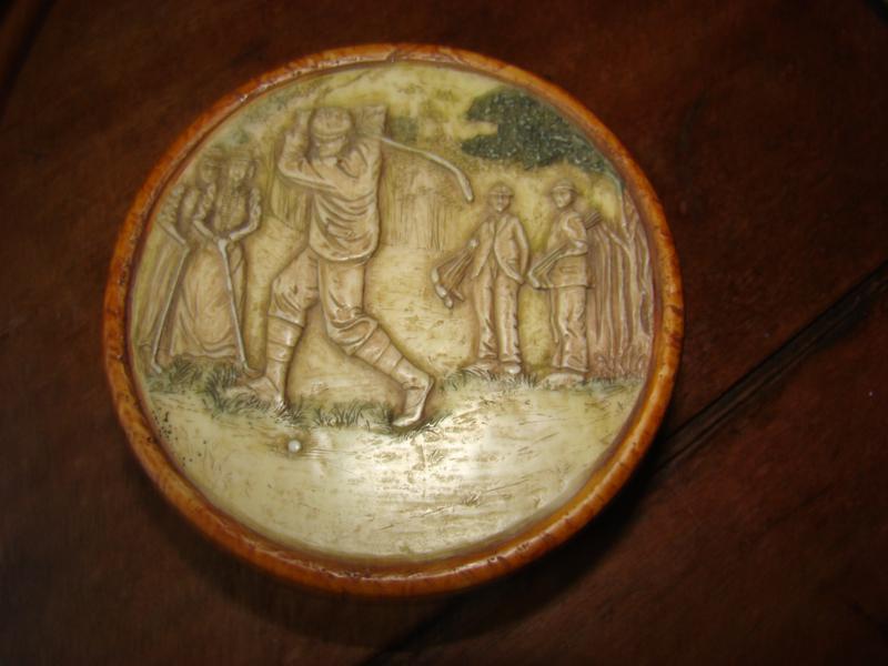 Oud rond stenen dekseldoosje met afbeelding golfers.