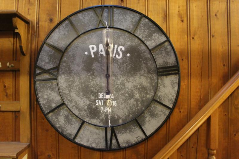 Wandklok metaal frame dia-75cm stations donkere wijzerplaat met Paris erop