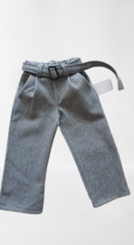 Mooie grijze flairbroek met broekzakken valt mooi op maat.