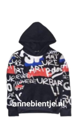 Stoere Zwarte hoodie in coole all over print en met fijne kangaroozak aan de voortkant
