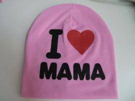 Super schattige babymutsje met de tekst ''I love mama''. Elke papa/mama zou heel blij zijn om dit kado te krijgen en bij zijn kindje op te zetten  materiaal: katoen vanaf 6 maanden te dragen.