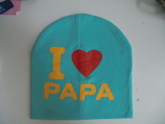 Super schattige babymutsje met de tekst ''I love papa''. Elke papa/mama zou heel blij zijn om dit kado te krijgen en bij zijn kindje op te zetten  materiaal: katoen vanaf 6 maanden te dragen.