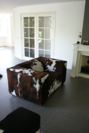 Blok loveseat in tricolor koeienhuid