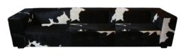 Blok 4-zitsbank, in zwart met wit koeienhuid