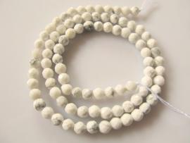 Howliet wit ronde kraal facet 4 mm